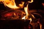 Nowomodny oraz szykowny kominek w salonie – elegancka aranżacja z pomysłem